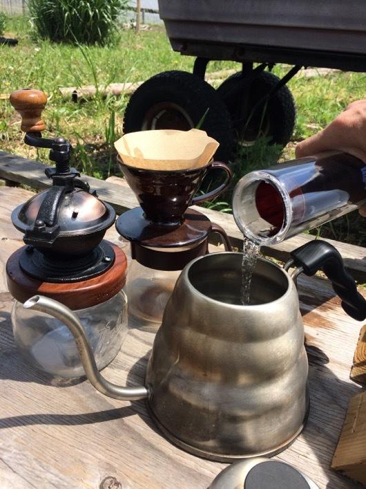 ソーラークッカー エコ作でコーヒーを淹れる