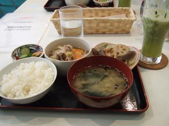 4/6 ランチ 豚肉の煮物、れんこんの煮物、味噌汁、漬物、スムージー  農民カフェ