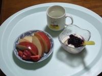 4/17 朝食 りんご、イチゴ、豆乳ヨーグルト、白湯