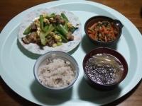 4/17 夕食 小松菜と豚肉の玉子炒め、ニラと人参えのきの炒め物、もやし味噌汁ギバサ入り、雑穀ごはん