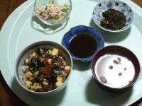 4/18 夕食 海鮮丼、冷奴、ポテトサラダ、舞茸と油揚げの味噌汁