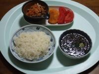4/19 昼食 こんにゃくそうめん、ギバサ入り麺つゆ、人参とニラとえのきの炒め物、海老寄せフライ、トマト