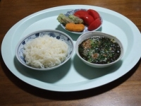 4/24 昼食 こんにゃくそうめん、納豆ギバサ入りつゆ、海老寄せフライ、ちくわ天、トマト