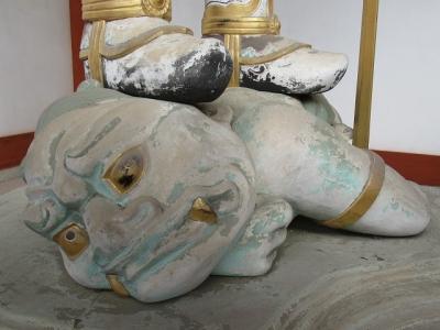 中門の二天王像(阿形)の邪鬼