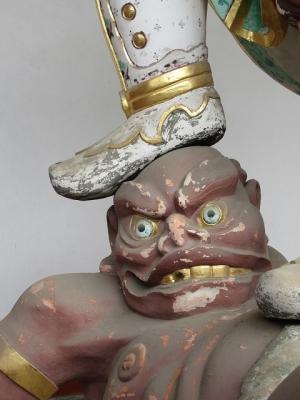中門の二天王像(吽形)の邪鬼