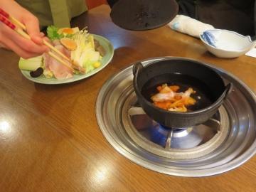 一つ一つ部位の説明をしながら鍋へ