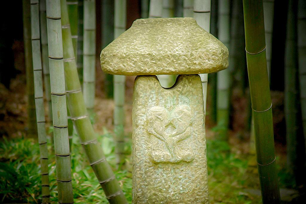 竹林にある石像