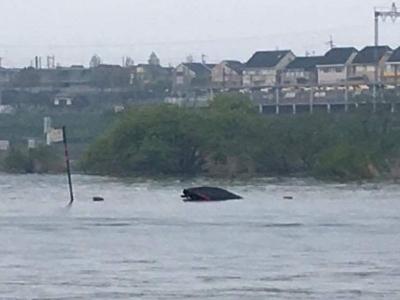突風で転覆したバスボート