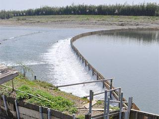 安曇川河口に設置されたヤナ