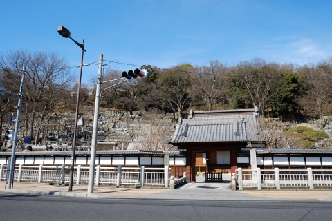 30墓地に囲まれた寺