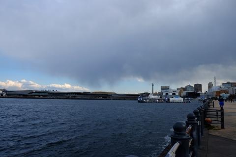 17赤レンガ倉庫雨雲