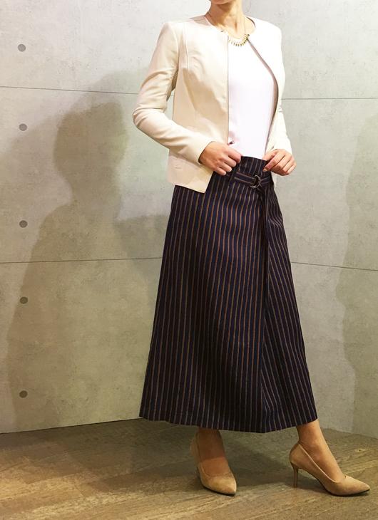セブンティのベルト付きミモレ丈スカートとヴィンスのレザージャケット