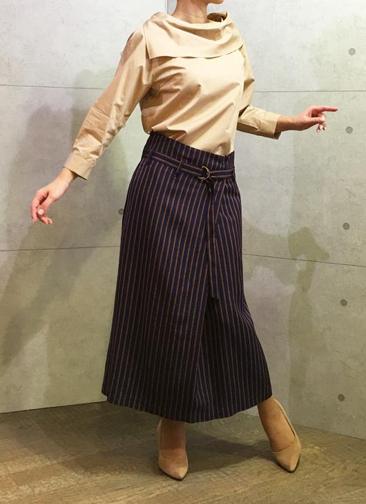 セブンティのベルト付きミモレ丈スカートとイリゼのロールカラーのブラウス