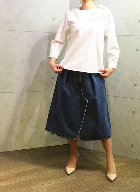 イリゼのロールカラーのブラウスとジーエヌのデニムのスカート