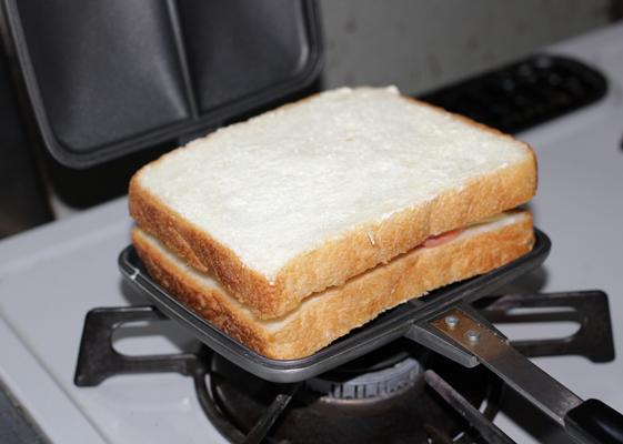 パンをプレートの上に重ねる
