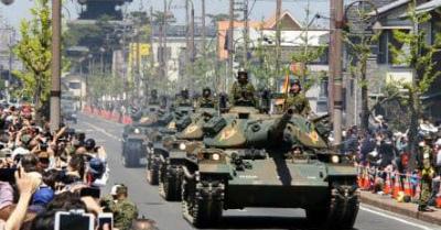 p_yae57a陸自戦車が市街地パレード