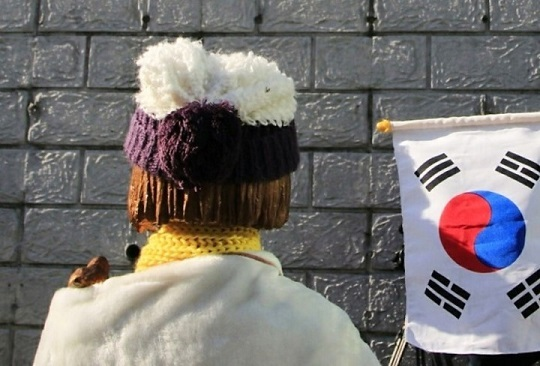 18日、韓国・ノーカットニュースは、韓国・釜山の日本総領事館前に昨年末設置された慰安婦像に、謝罪に訪れる日本人が相次いでいると報じた。写真は釜山・日本総領事館前の慰安婦像。