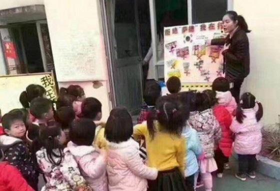 (写真) 買ってはいけない韓国製品を教える中国の幼稚園。