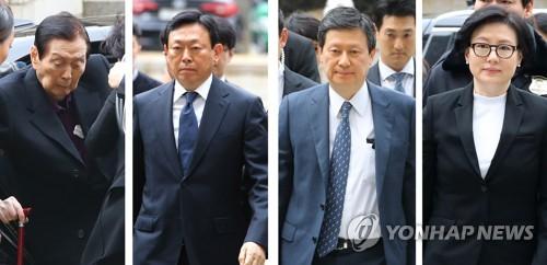 法廷に到着した創業家一族。左から辛格浩氏、辛東彬氏、辛東主氏、徐美敬氏=2017年3月20日、ソウル(聯合ニュース)