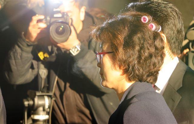 李貞美裁判官は、髪に美容ツール(ヘアカーラー)を挿したままソウル鍾路区憲法裁判所の庁舎に入った。