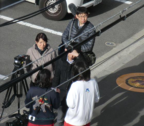 それから、15:00頃、この民進党議員達は、事前の連絡もなくマスコミを引き連れて塚本幼稚園にやって来た。ちょうど園児達がバスで帰る時だった。