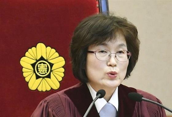 韓国憲法裁判所で開かれた朴槿恵大統領の弾劾訴追について、決定を言い渡す李貞美裁判官=10日、ソウル(共同)