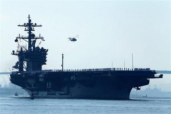 カリフォルニア、サンディエゴ母港を出るニミッツ級航空母艦、カールビンソン=2014年8月22日(ロイター)