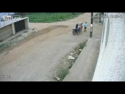 【衝撃!】路上強盗に打たれた!被害者は警察官の父親(観覧注意)