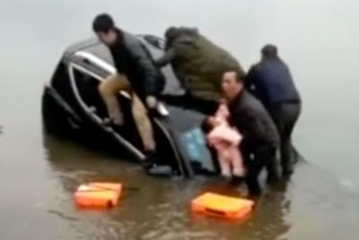 【スゴイ!】沈みゆく車の上から赤ちゃんを投げる!
