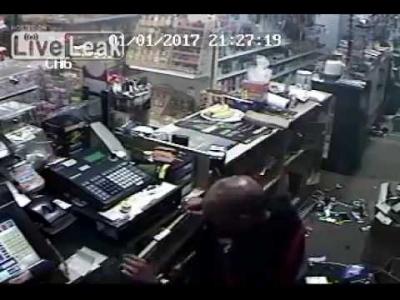【衝撃!】2人組の強盗対店員・・・・・頭撃たれた店員大丈夫なの?(観覧注意!)