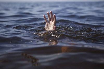 【苦笑】ビーチでサーフィンをしていた少年2人が溺れてるのに!