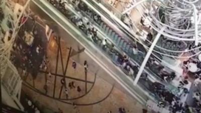 【衝撃!】香港のショッピングセンターでエスカレーターが逆走!