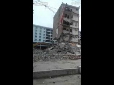 【衝撃!】解体掘削機がビルに押しつぶされる瞬間映像!