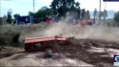 【危機一髪!】土砂に巻き込まれたトラック運転手が危機一髪!