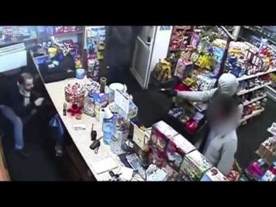 【スゴイ!】銃を持った強盗を虫よけスプレーだけで追い払ったスゴイ店員!