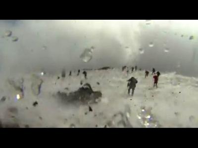 【衝撃!】イタリアのエトナ火山噴火で噴石が襲って来る瞬間映像!