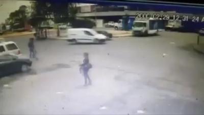 【衝撃!】強盗犯2人組が女性を襲う・・・・・間違えて撃ってしまう!(観覧注意!)