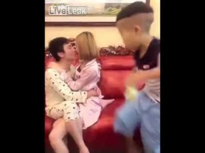 【笑える!】キスをするカップルと奇妙な子供の像・・・・・