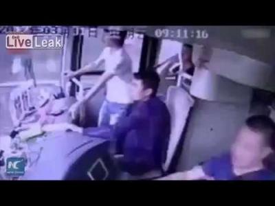 【衝撃!】中国路線バスのとんでもない事故!