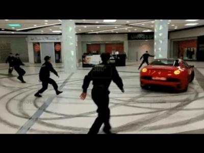 【スゴイ!】モスクワ元市長がフェラーリでモール内大暴れ!