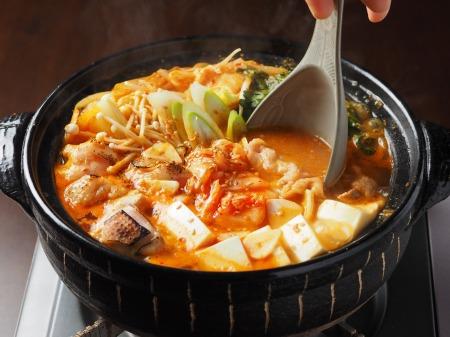 炙り鶏肉と豚バラのキムチ鍋47