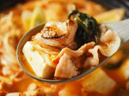 炙り鶏肉と豚バラのキムチ鍋54
