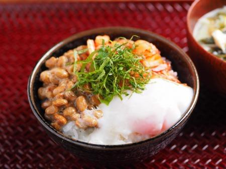 温泉卵でキムチ納豆TKG02