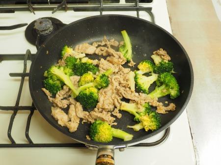豚こま肉とブロッコリーの玉ねぎ35