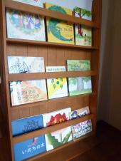 新緑の絵本棚