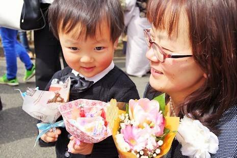 お花とお菓子もらったよ