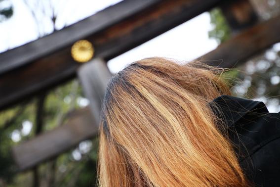 金髪と鳥居