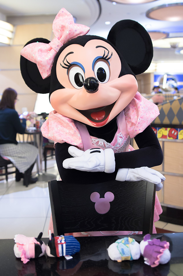 ミニーちゃんの椅子ポーズ♡1