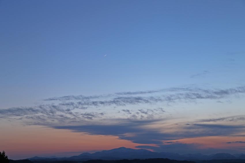 20170428細い月と夕焼けの栗駒山