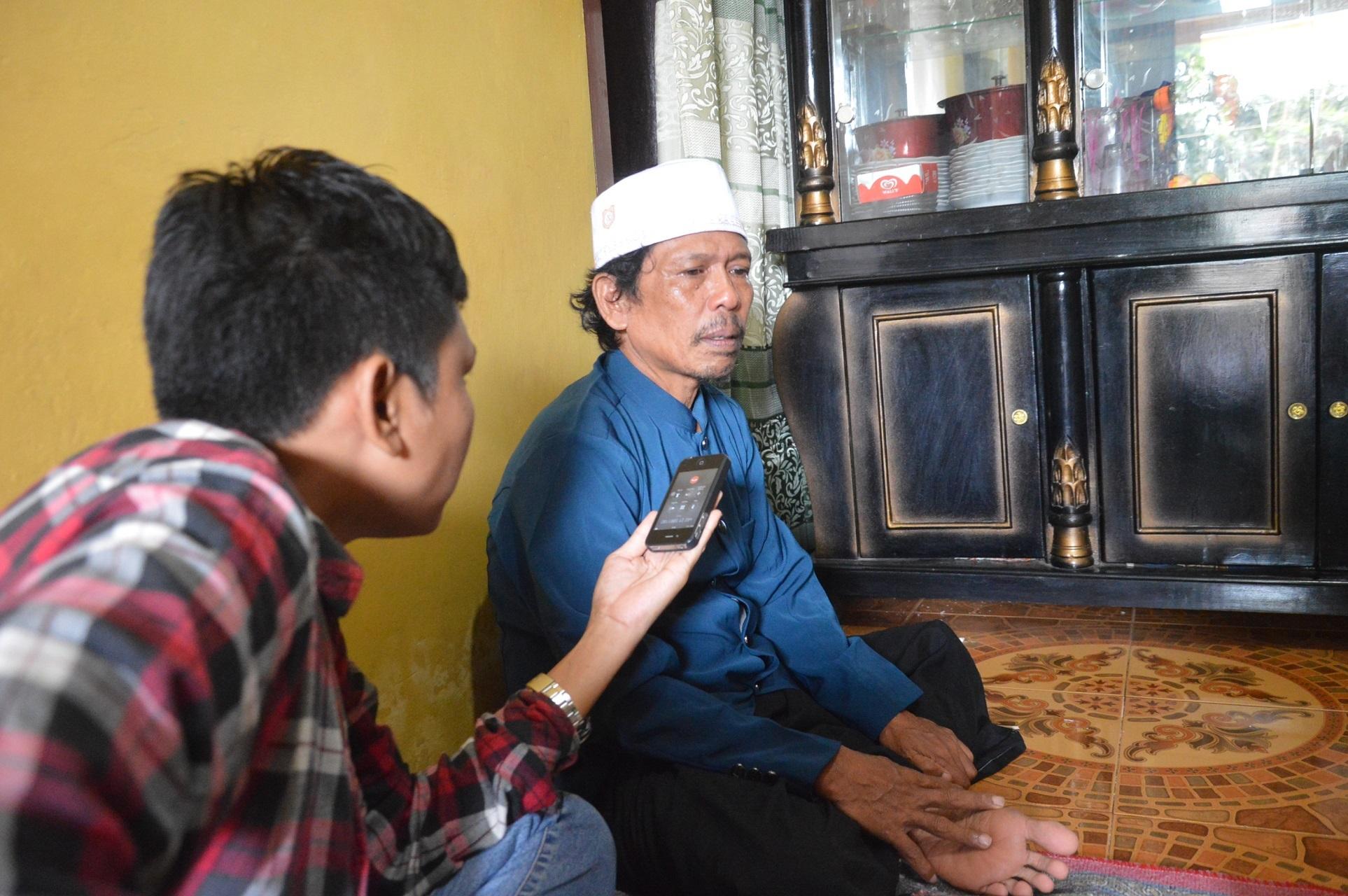インタビューを受ける父のアスリさん(55)
